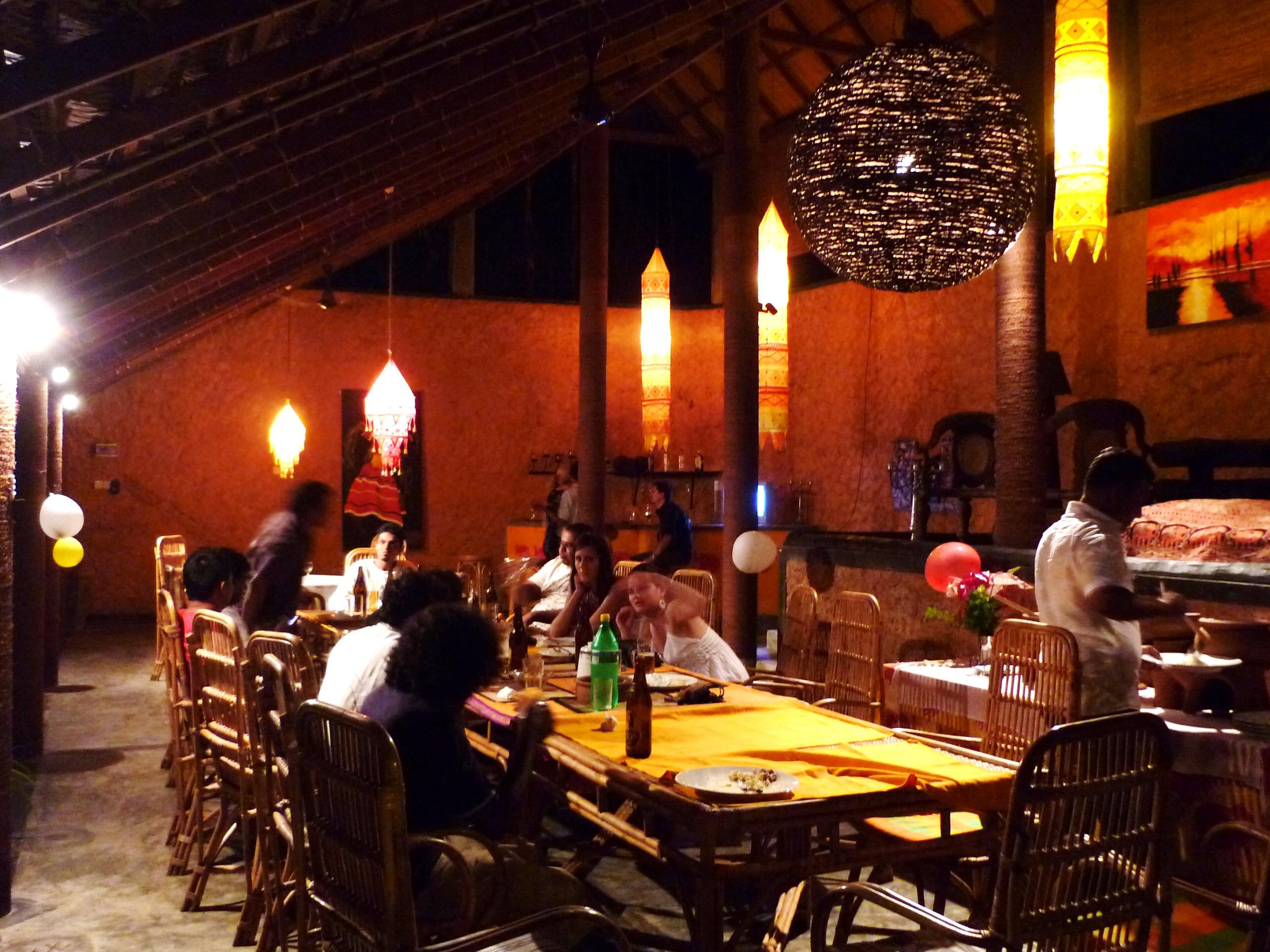 Az étterem ... a keleti lámpások, szobrok, dísztárgyak, bútorok és a bár hangulatba hozzák az embert