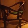 A háttérben egy jellegzetes sri lankai szerelmes-szék látható
