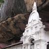 Többezer éves sziklabarlang templom, számtalan szoborral, és falfestménnyel
